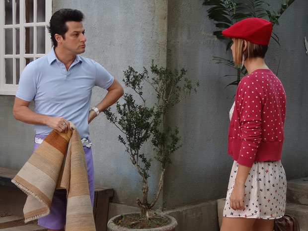 Crô fica aflito com entrevista de emprego da sobrinha (Foto: Fina Estampa/TV Globo)