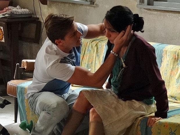 Guilherme fica preocupado ao ver que a mãe está sangrando (Foto: Morde & Assopra/TV Globo)