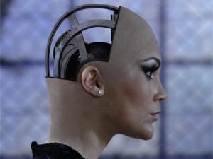 A robô mostra sua cabeça (Foto: Morde & Assopra / TV Globo)
