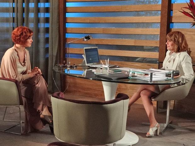 Esther conta para Danielle que Paulo ainda não sabe de sua decisão (Foto: Fina Estampa/TV Globo)