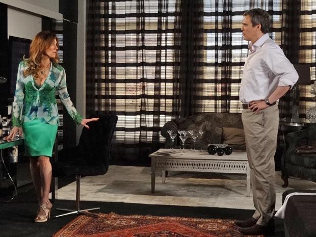 Tereza diz para René que vai pensar se aceitará mudar para salvar o casamento  (Foto: Fina Estampa/TV Globo)