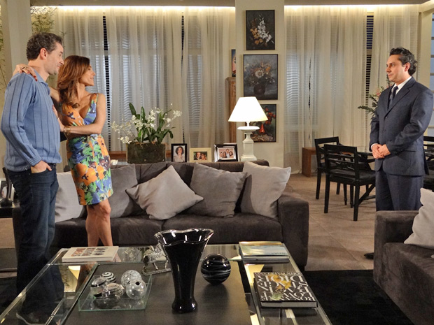 Tereza Cristina e Paulo aceitam que Solange se apresente no jogo de vôlei (Foto: Fina Estampa/ TV Globo)
