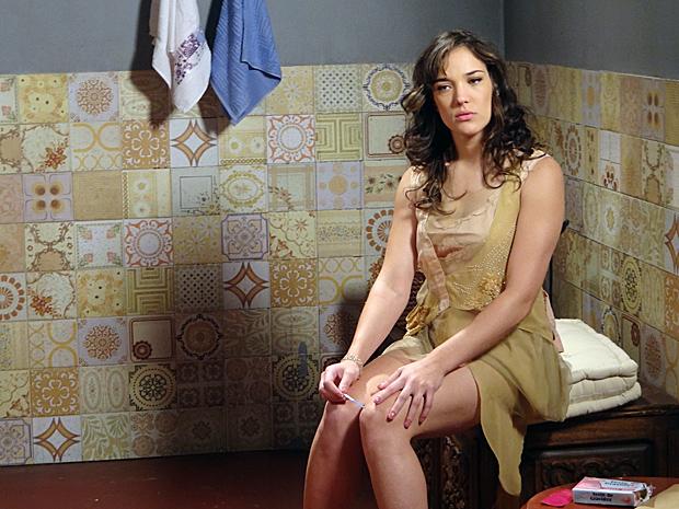 Patrícia faz teste de gravidez, cujo resultado dá positivo (Foto: Fina Estampa / TV Globo)
