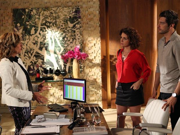 Claudia (Giovanna Antonelli) aceita morar na mansão de Maruschka (Marília Pêra) após casamento com Rubinho (Victor Pecoraro) (Foto: Aquele Beijo/TV Globo)