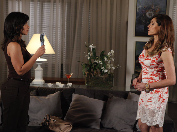 Joana mostra foto de loira misteriosa para Tereza Cristina (Foto: Fina Estampa/ TV Globo)