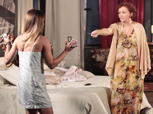 Esther ameaça matar Beatriz para ficar com Victoria