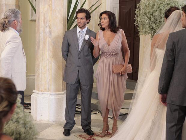 O pai da noiva interrompe a cerimônia (Foto: Fina Estampa / TV Globo)