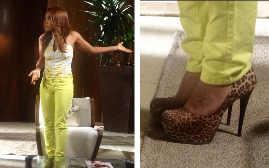 Grace ousa misturando estampa dourada na blusa com calça flúor e sapato de oncinha