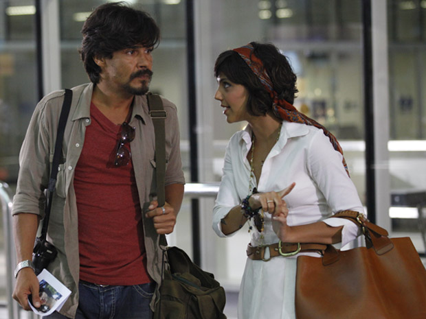 Miriam é recebida pelo jornalista Pedro no aeroporto de Belém (Foto: Amor Eterno Amor / TV Globo)