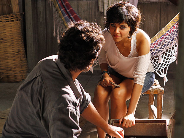 Miriam quer ganhar a confiança de Carlos (Foto: Amor Eterno Amor/TV Globo)