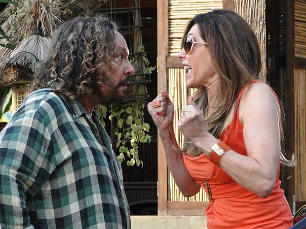 Tereza fica furiosa quando Álvaro a chama de irmã (Foto: Fina Estampa / TV Globo)
