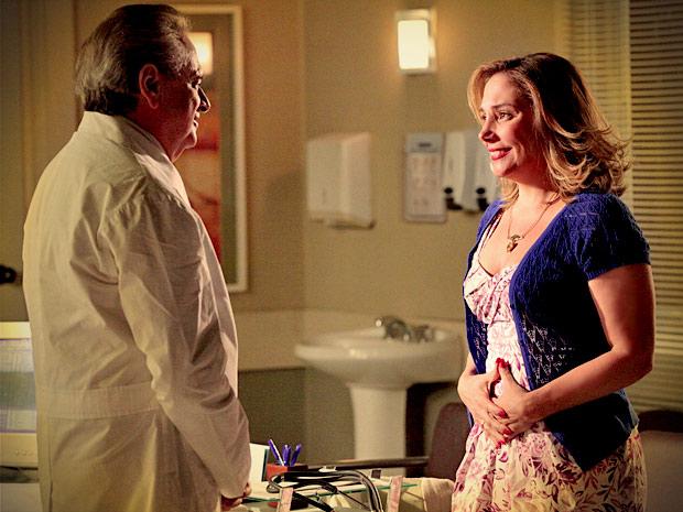 Monalisa fica radiante quando o médico diz que ela está grávida (Foto: Avenida Brasil/ TV Globo)