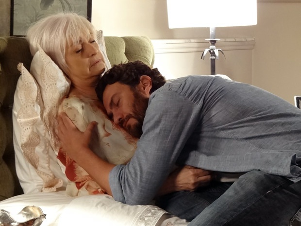 Emocionado, Rodrigo abraça Verbena (Foto: Amor Eterno Amor / TV Globo)