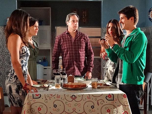 Julinho surpreende Marlene e os pais com o pedido de casamento (Foto: Amor Eterno Amor/TV Globo)