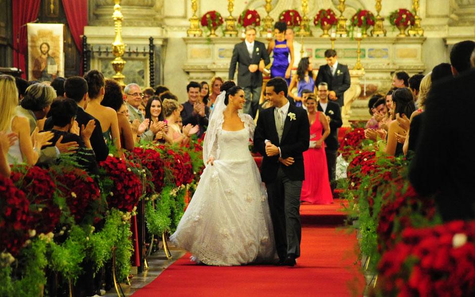 Claudia e Vicente passam pelo tapete vermelho como marido e mulher