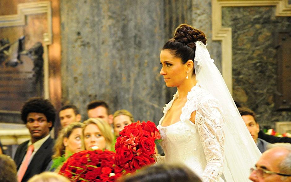 Segura, Claudia avança sozinha pelo tapete vermelho