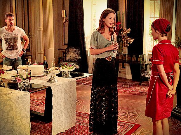 Nina é obrigada a participar do noivado de Jorginho e Débora