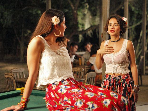 Valéria chama Jacira para ser sua madrinha de casamento e ela topa (Foto: Amor Eterno Amor/TV Globo)