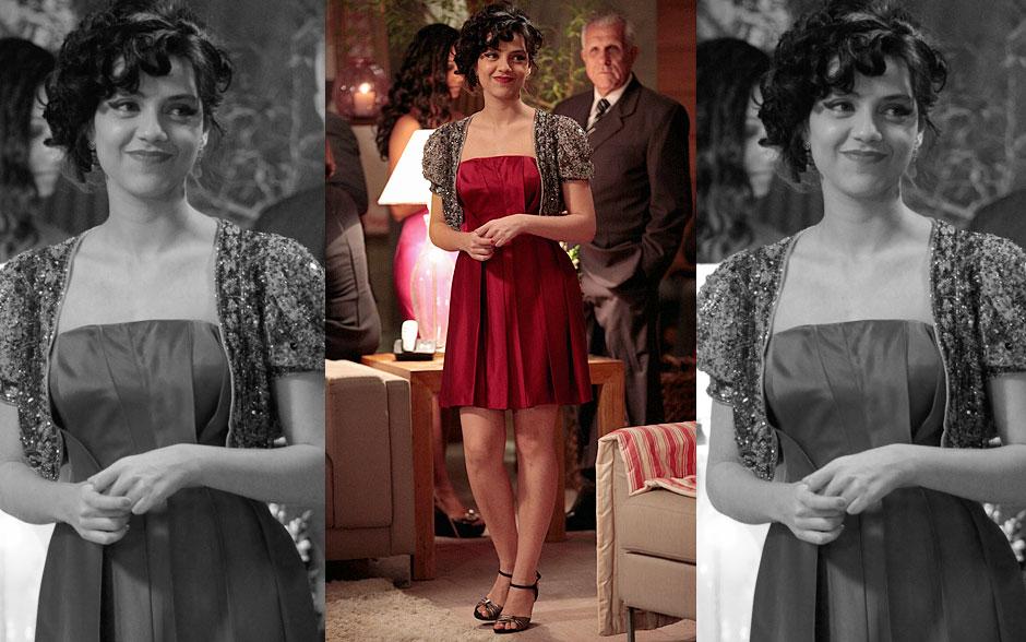 Miriam está linda com um vestido vermelho e um bolero de paetê
