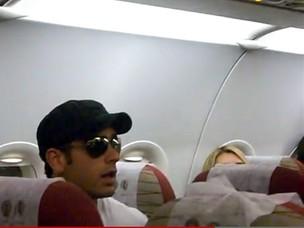 O ator Marcos pitombo é tirado de avião pela Polícia Federal (Foto: Reprodução / You Tube)