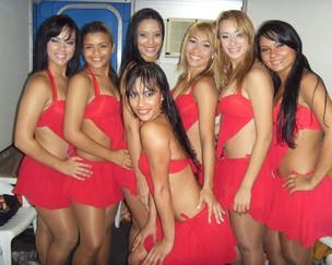 Kelly (ao centro) (Foto: Reprodução Site Oficial)