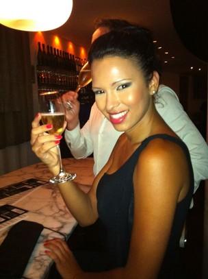 Ex-BBB Ariadna em restaurante no Rio (Foto: Reprodução)