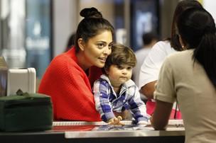 Juliana Paes com o filho, Pedro, em shopping no Rio (Foto: Marcos Ferreira/ Foto Rio News)