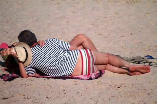 Pedro Bial na praia com namorada (Foto: Francisco Silva / AgNews)