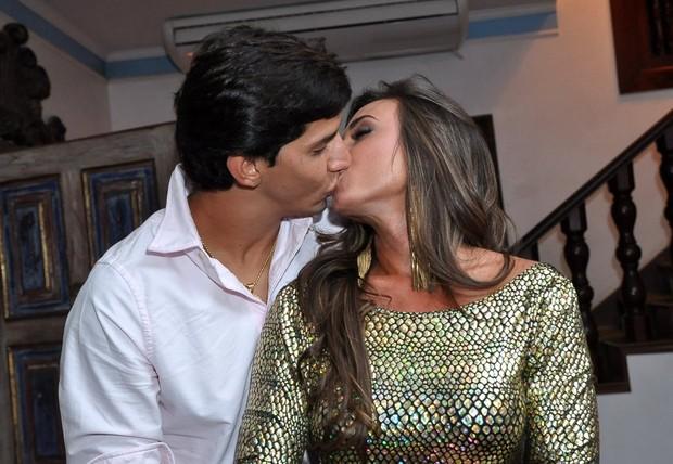 Nicole Bahls beija Victor Ramos (Foto: Roberto Teixeira / EGO)