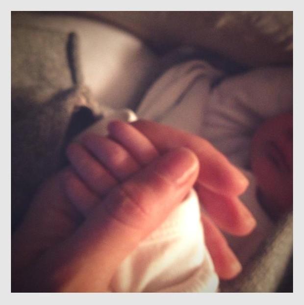 Gisele Bundchen mostra foto da mão da menina (Foto: Reprodução/ Facebook)