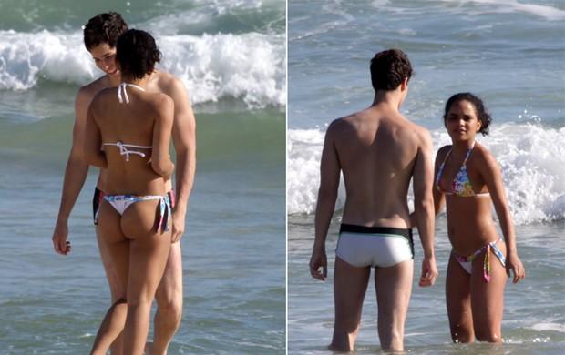Carol Macedo curte praia no Rio com um amigo (Foto: Adilson Lucas / AgNews)