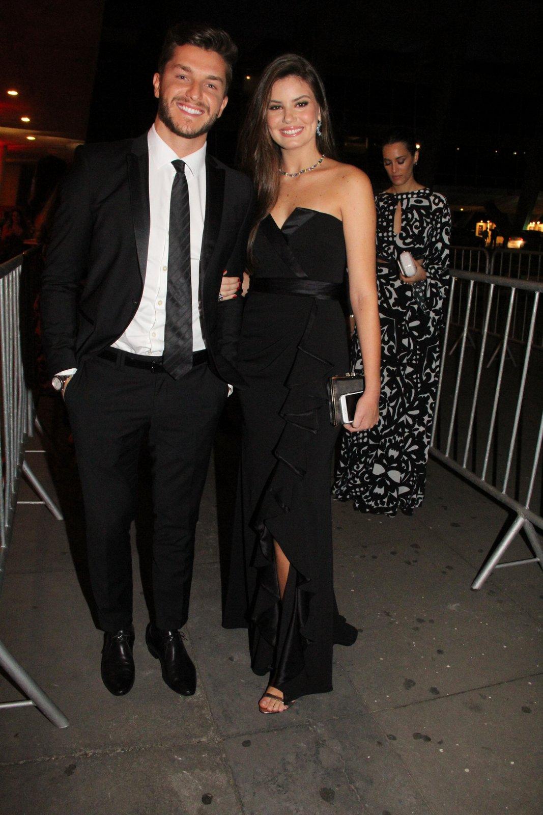 O casal Klebber Toledo e Camila Queiroz