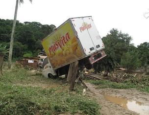 Ainda em Teresópolis, caminhão é atingido