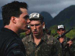 O ator Milhem Cortaz (à direita) contracena com Wagner Moura em 'Tropa de elite'.