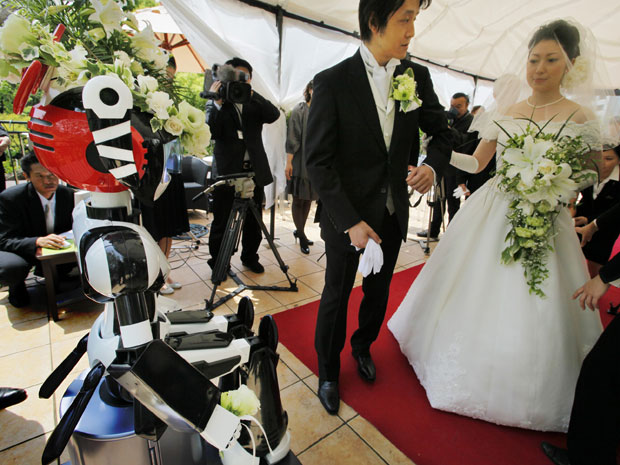 Esse foi o primeiro casamento conduzido por um robô, segundo o fabricante Kokoro Co. O robô usou uma coroa de flores e conduziu a cerimônia com suas funções de áudio.