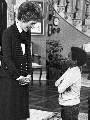 Gary Coleman com Nancy Reagan em episódio de 1983 da série 'Arnold'