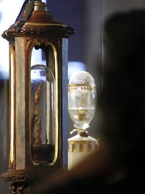 Relicário abriga dedos do cientista Galileu na Itália.