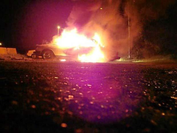 Asgard Tarick Gilbert colocou fogo no carro e depois publicou  na web.