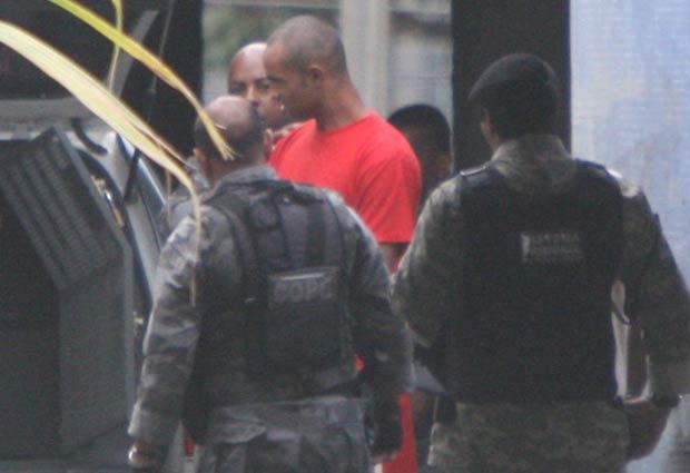 Policiais investigam o caso