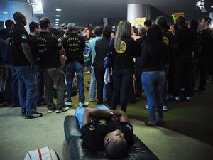 Policiais continuam manifestação iniciada ontem nas dependências da Câmara pedindo a aprovação da PEC 308/04