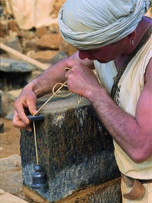 O trabalho é feito com emprego de técnicas antigas de construção.