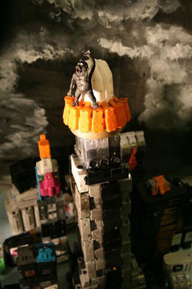 Ela também recriou cena do filme 'King Kong' com os cartuchios usados.