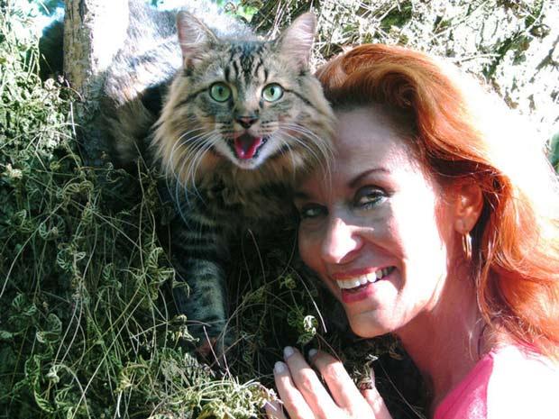 Joann Biondi com seu gato de estimação.