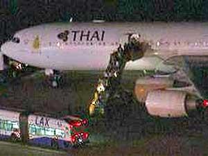 A imagem da KTLA TV, de Los Angeles, mostra os passageiros deixando aeronave da companhia aera tailandesa.