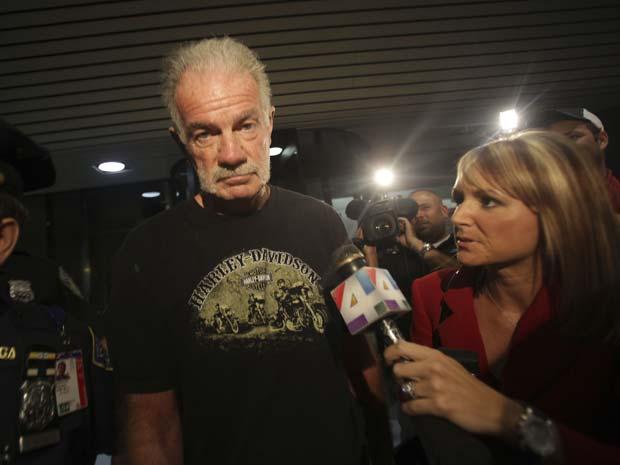 O pastor Terry Jones chega ao aeroporto La Guardia, em Nova York, na noite desta sexta-feira (10).