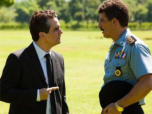 Wagner Moura e Milhem Cortaz, agora como 'Coronel Nascimento' e 'Capitão Fábio', em cena de 'Tropa de elite 2'