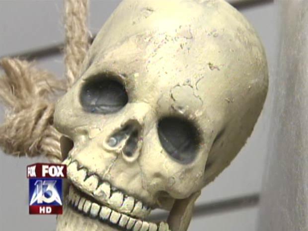 Casal iria usar esqueleto na decoração do Halloween (dia das Bruxas).