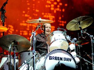 O baterista Tré Cool, que chegou a usar peruca, óculos e sutiã em determinado momento do show do Green Day