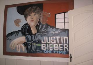 Painel do cantor Justin Bieber estava pintado no quarto que seria dos filhos do traficante