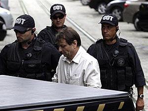 Cesare Battisti saindo do prédio da Justiça Federal, no Rio de Janeiro, em 10 de dezembro